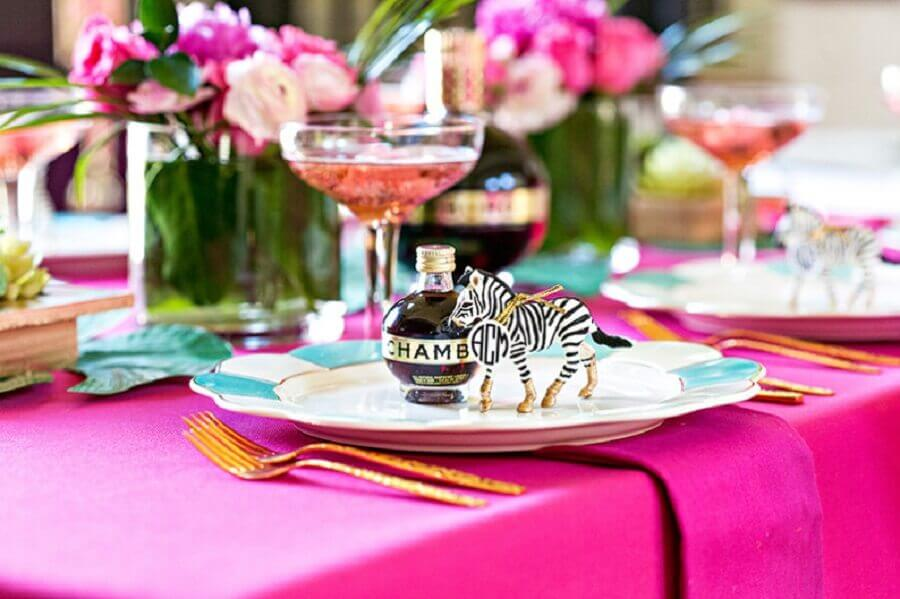 detalhes decorativos para mesa de convidados em festa de 15 anos
