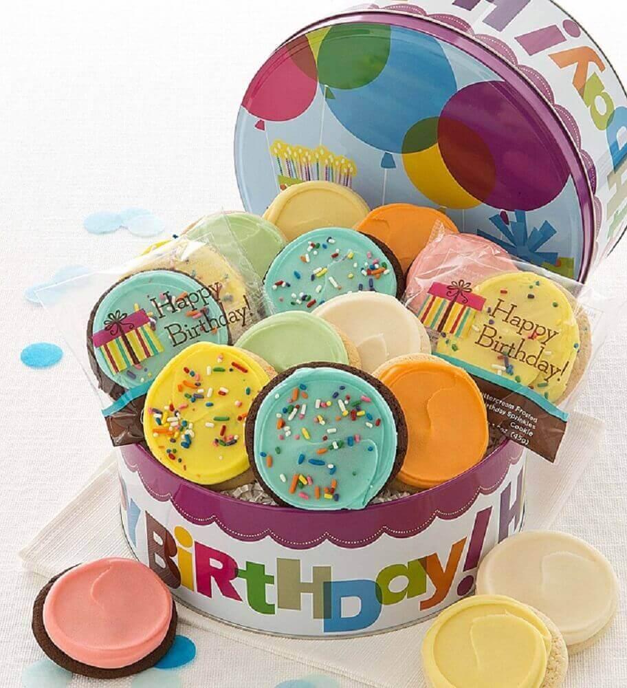 doces coloridos para festa na caixa de aniversário - Foto Cheryls