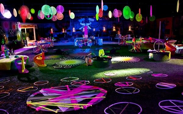 A festa neon é repleta de acessórios coloridos