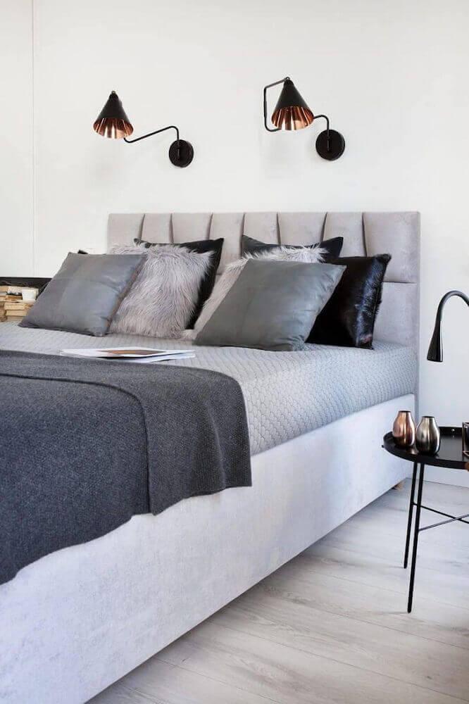 estilo hygge para quarto decorado com luminárias de parede Foto Agnieskza Karas