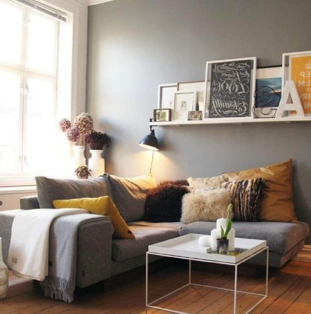 estilo hygge para sala com muitas almofadas e quadros Foto Seo04