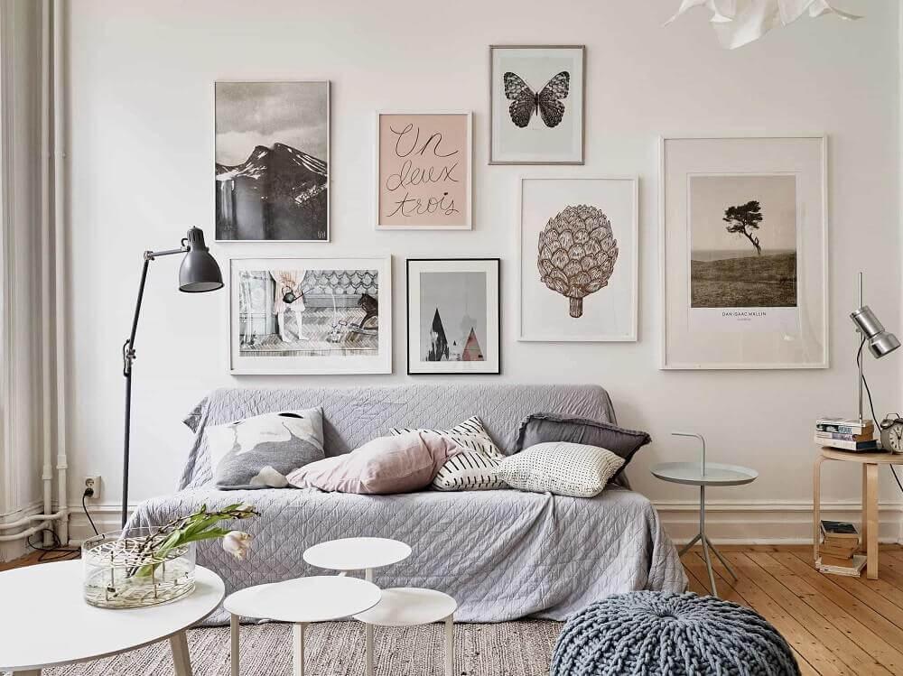 estilo hygge para sala com quadros decorativos e luminária preta de piso Foto El Big Data