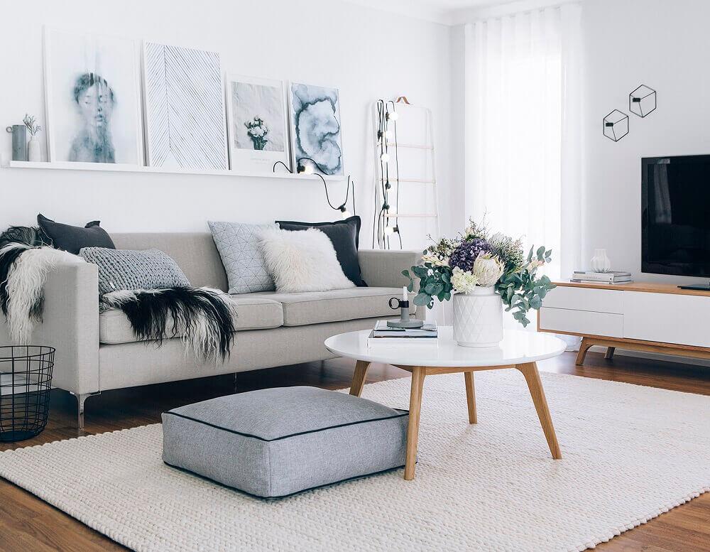 estilo hygge para sala minimalista com sofá cinza e quadros decorativos Foto Atlantic Home Furnishings Limited