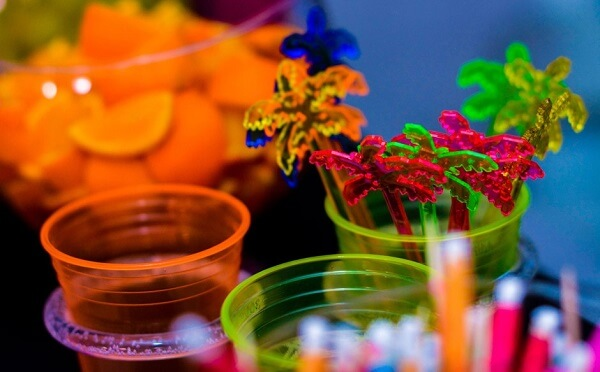 Copos coloridos fazem sucesso na festa neon