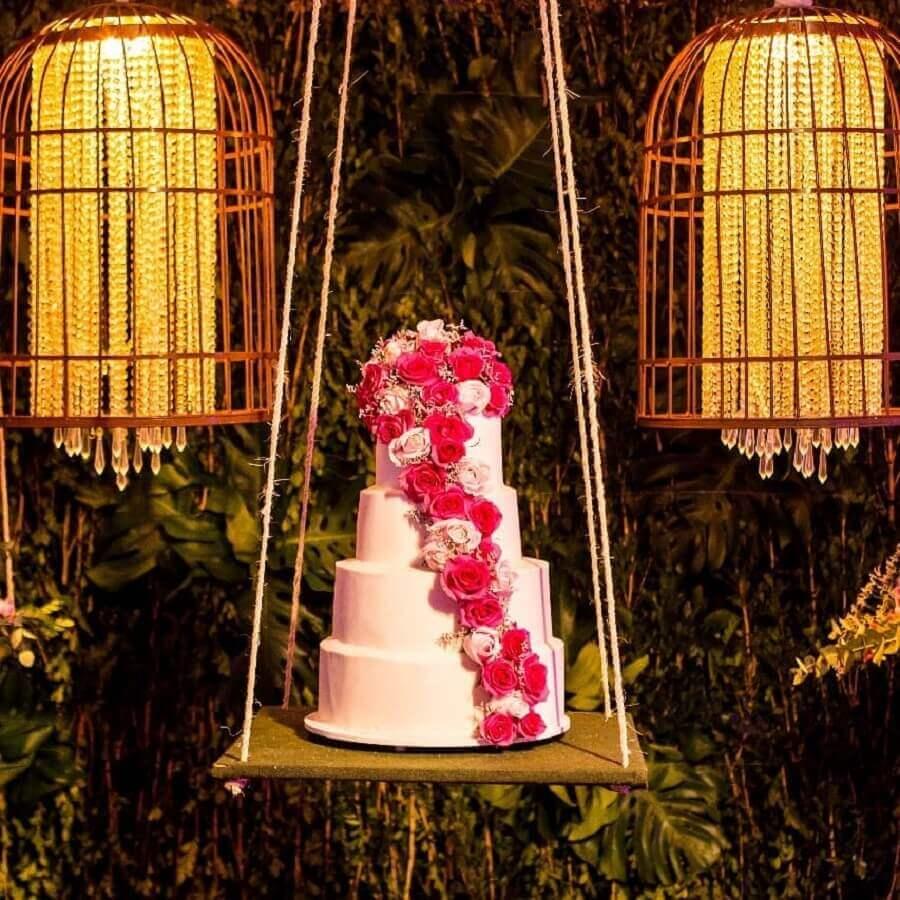festa de 15 anos com bolo decorado com flores sobre balança