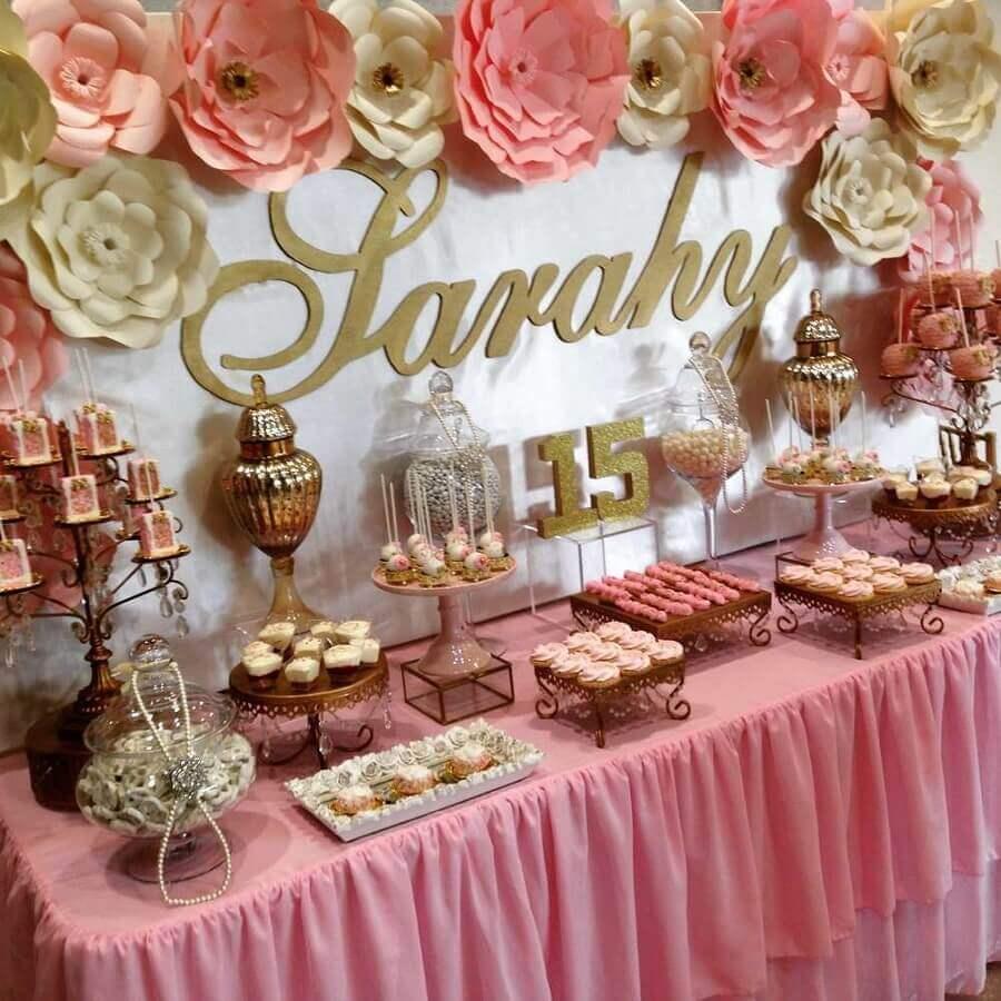 festa de 15 anos com decoração clássica em tons de rosa