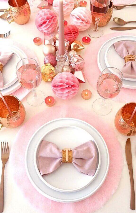 festa de 15 anos com decoração de mesa em tons de rosa