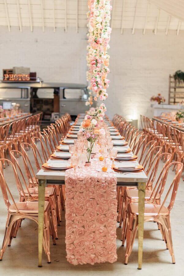 festa de 15 anos decorada em tons de rosa e com muitos arranjos de flores