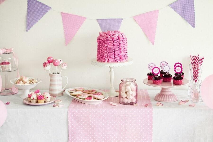 festa de 15 anos simples decorada em tons de branco lilás e rosa