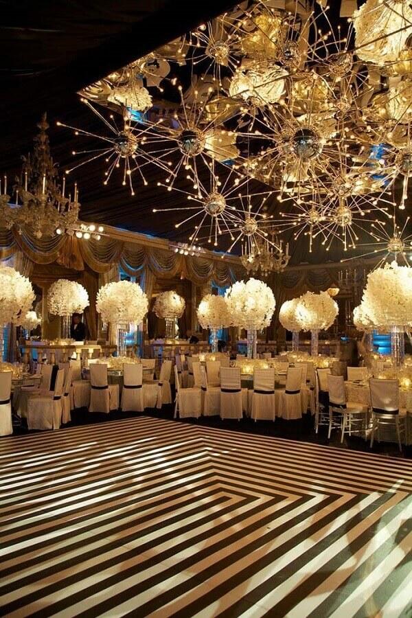festa de 15 anos sofisticada com pisca de dança e arranjos de flores brancas