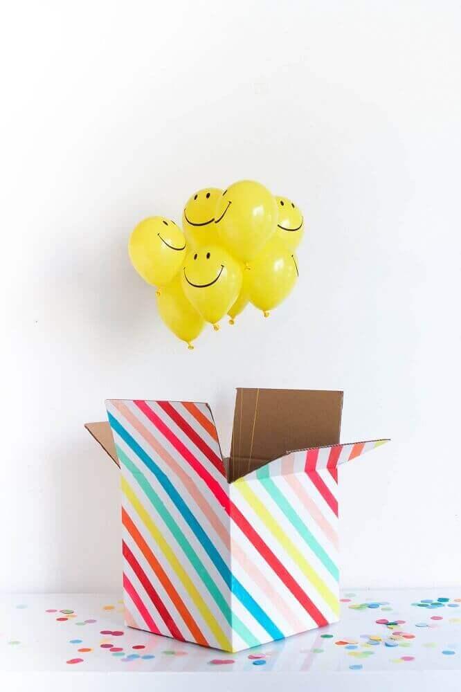 festa na caixa com balões amarelos