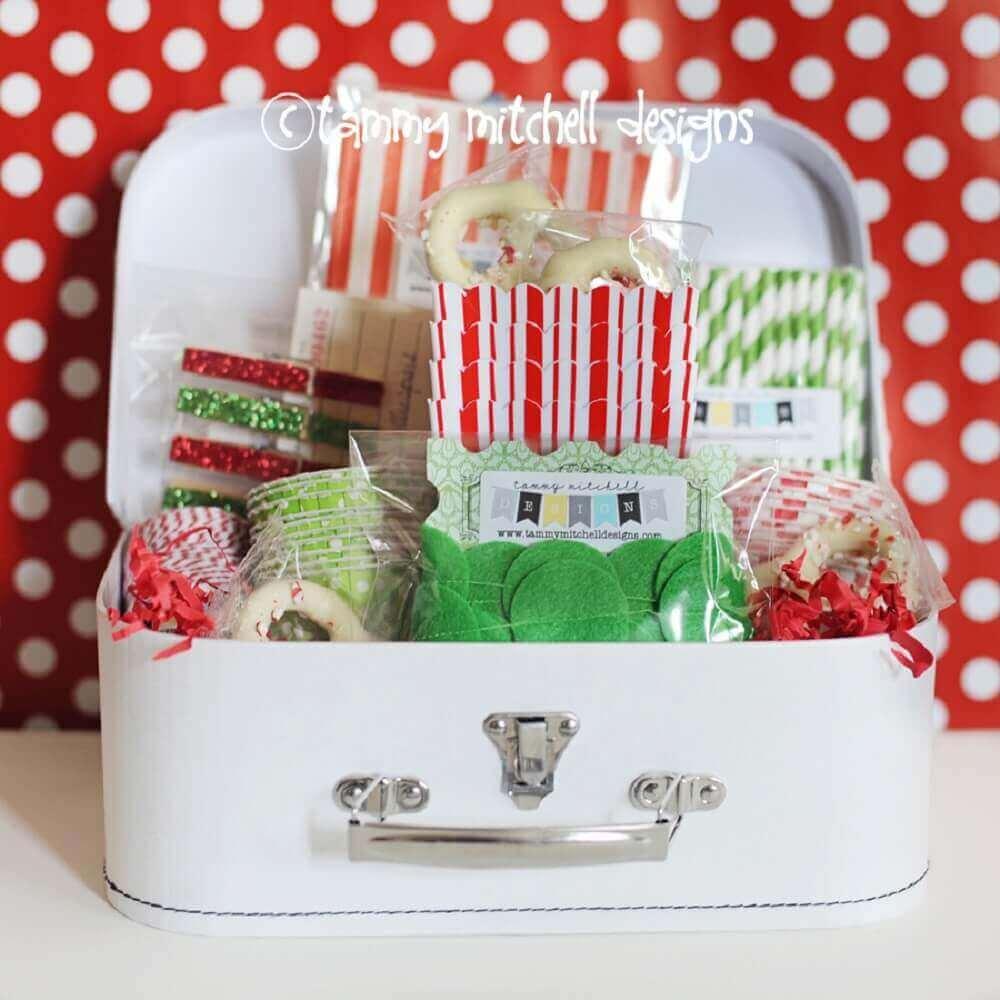 festa na caixa com decoração verde e vermelha - Foto Tammy Mitchell Designs