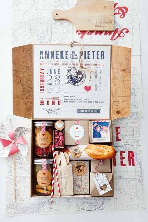 Festa na caixa com pães e fotos do casal