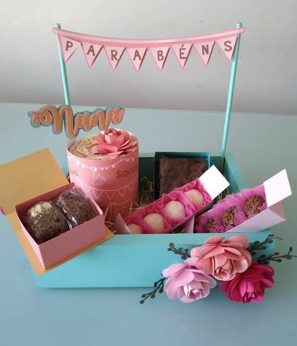 Festa na caixa com doces para celebrar o aniversário