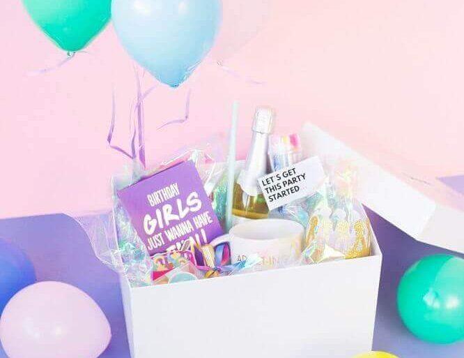 festa na caixa de aniversário com balões -  Foto Studio DIY