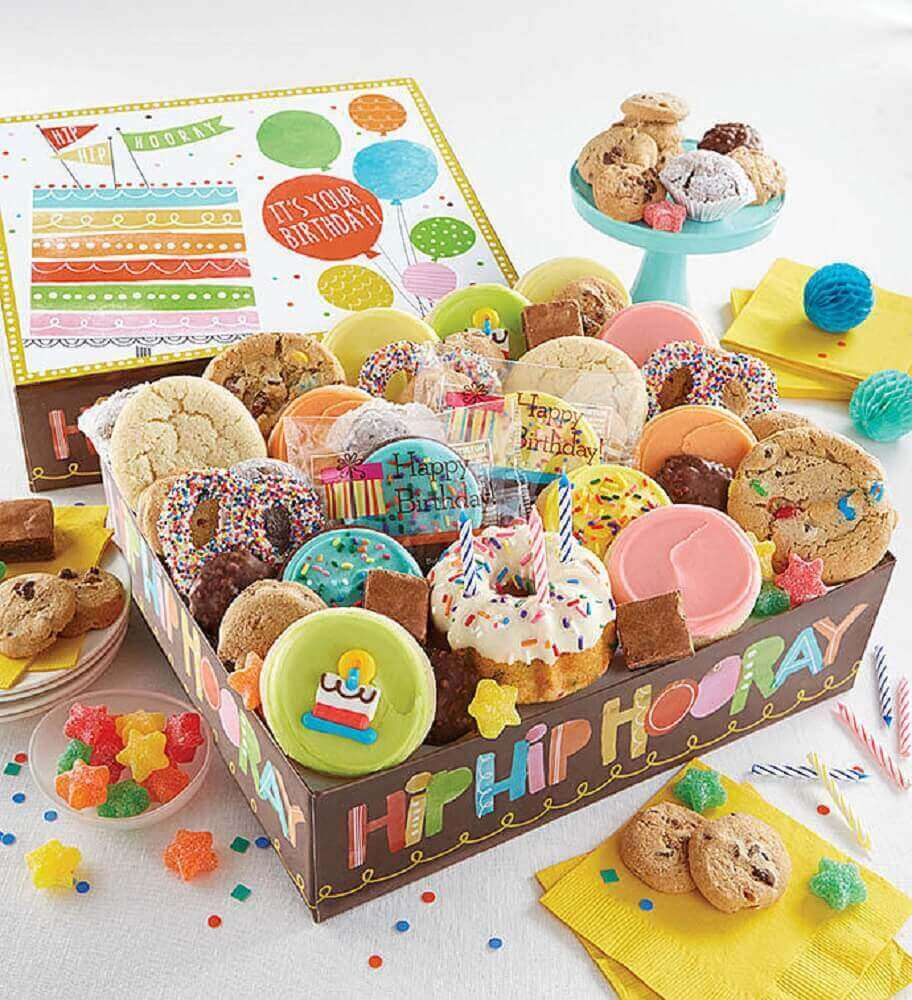 festa na caixa de aniversário recheada de doces - Foto Cheryl's Cookies