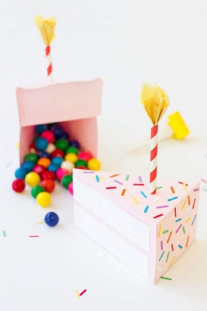 festa na caixa em formato de bolo recheada com confetes de chocolate - Foto the spruce