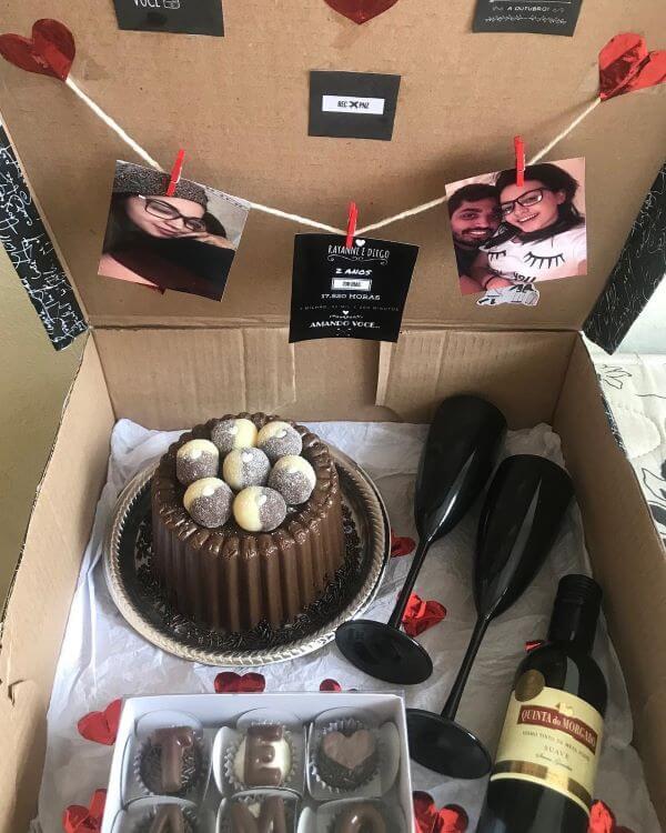 Festa na caixa com vinho e bolo de chocolate