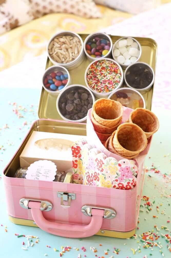 festa na caixa para amiga feita em maletinha - Foto dena designs