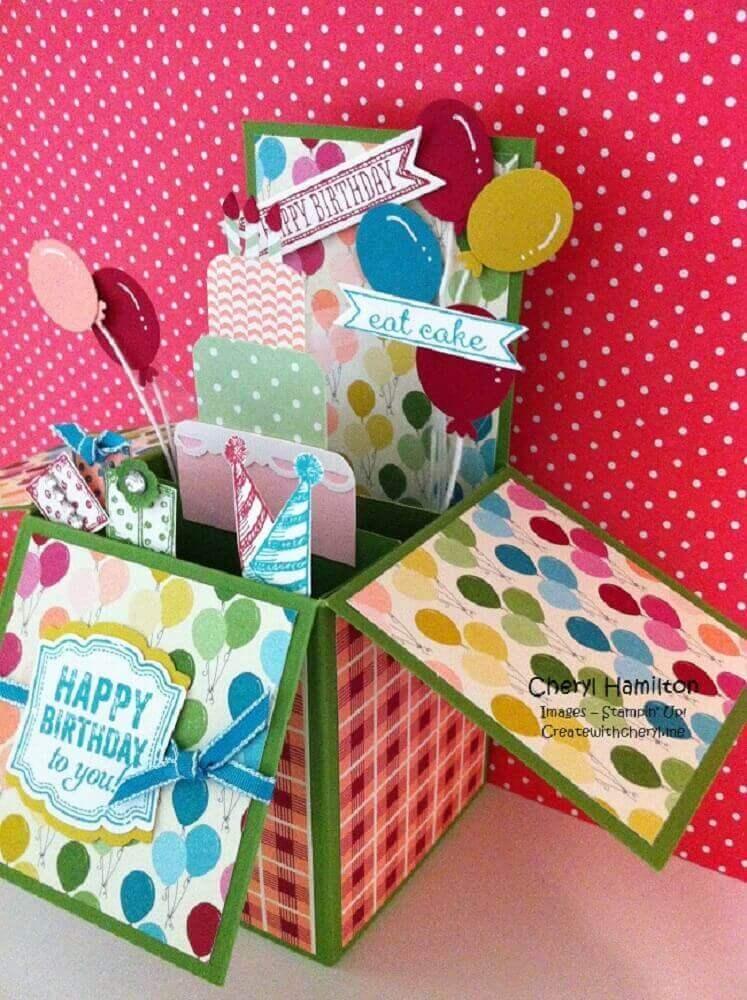 festa na caixa para aniversário de amiga com decoração toda colorida
