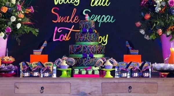 Utilize um móvel de madeira para compor a decoração da festa neon