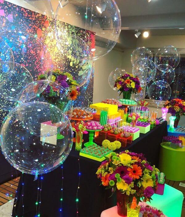 Complemente a decoração da festa neon com balões iluminados