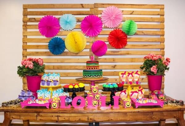 Festa neon com decoração simples feita com painel de pallet