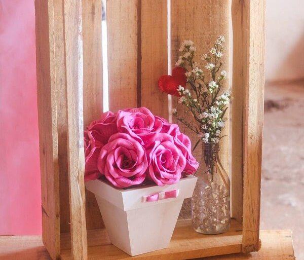 Arranjo delicado feito com flores de EVA rosa