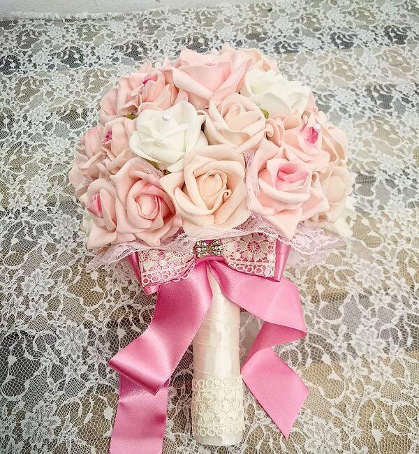 Buquê delicado feito com flores de EVA