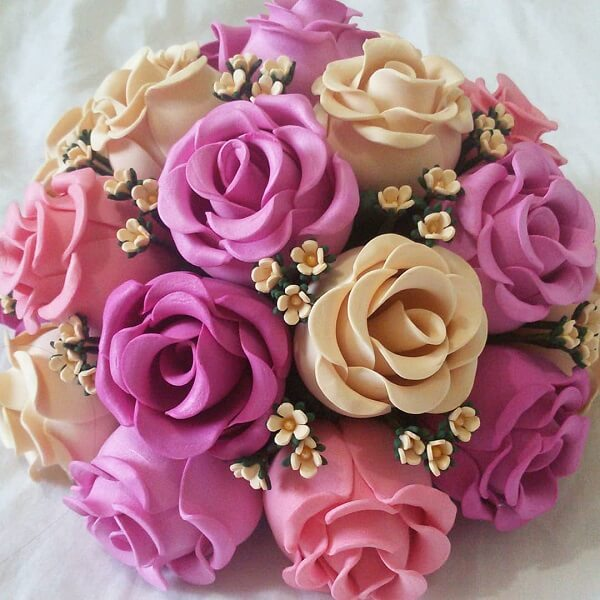 Buquê encantador feito com flores de EVA