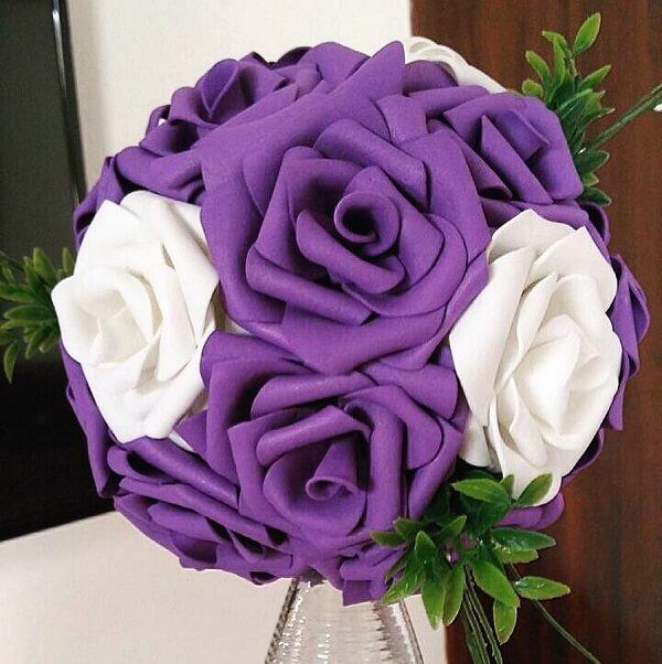 Buquê alegre feito com flores de EVA em tom roxo