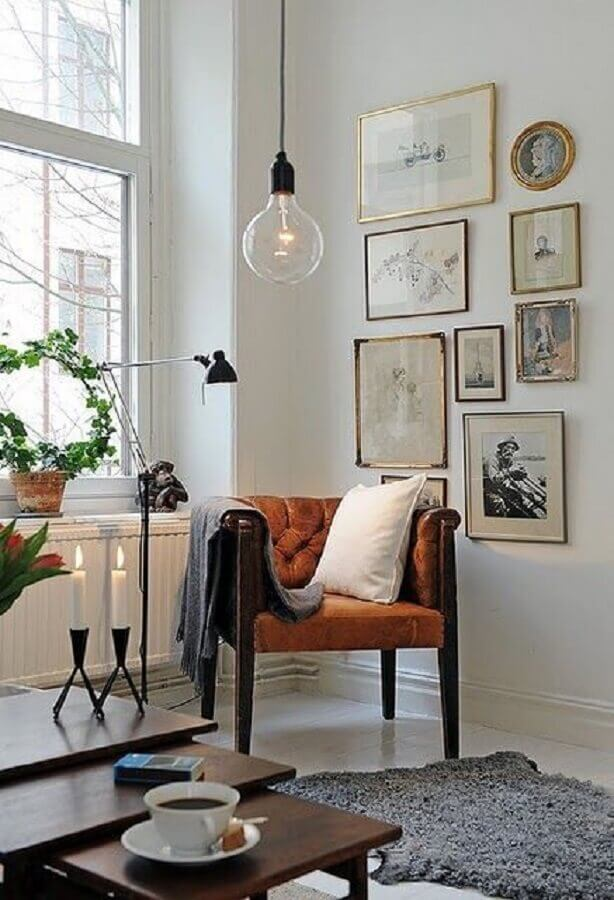 hygge decor com manta sobre poltrona de couro e tapete cinza Foto Vivarea