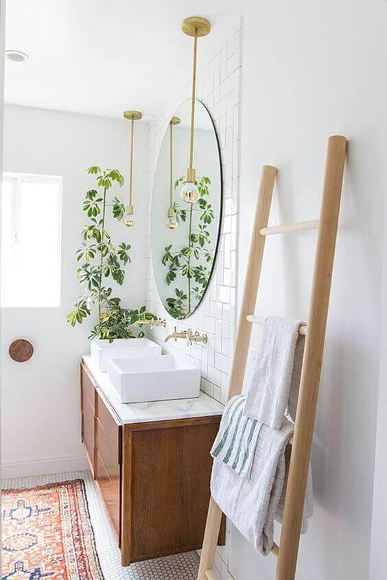 hygge decor para banheiro com plantas espelho redondo e pendente dourado minimalista Foto Pinterest