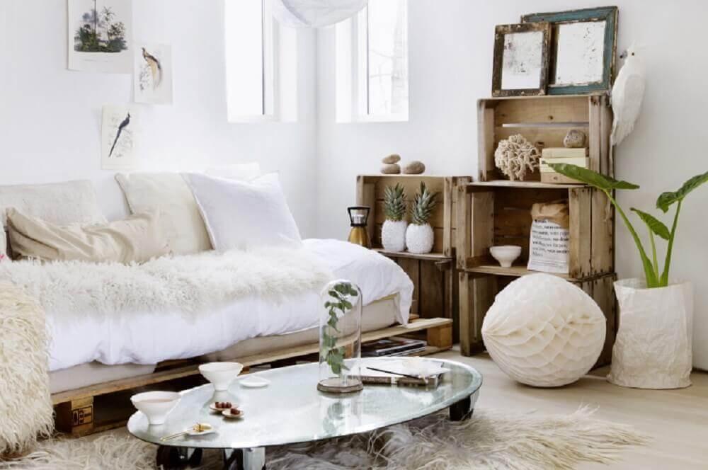 hygge decor para sala com caixotes de madeira e tapete de pelos Foto Louise Grenadine