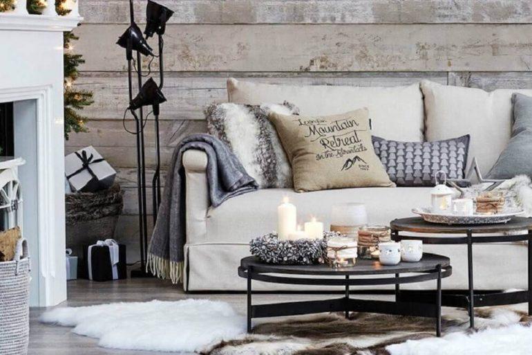 hygge decor para sala com revestimento de madeira para parede e sofá com muitas almofadas  Foto Deco Therapy