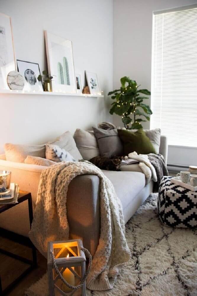 hygge decor para sala de estar com muitas almofadas manta sobre o sofá e puff preto e branco Foto Home Decor Idea
