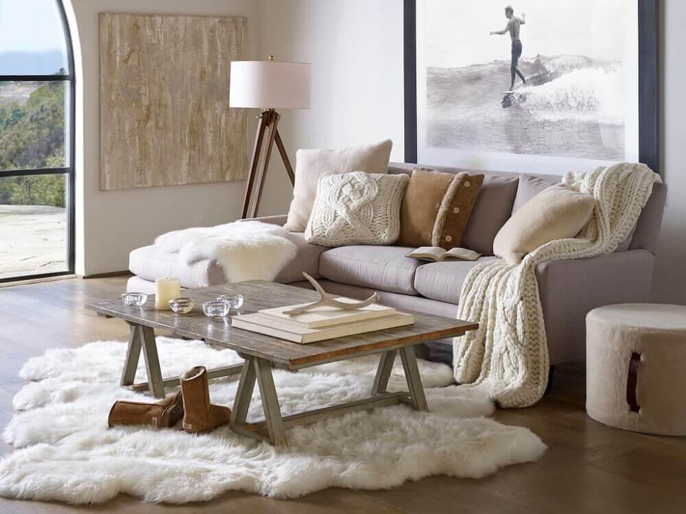 hygge decor para sala de estar decorada com tons de bege tapete peludo e luminária de chão Foto BrandSource