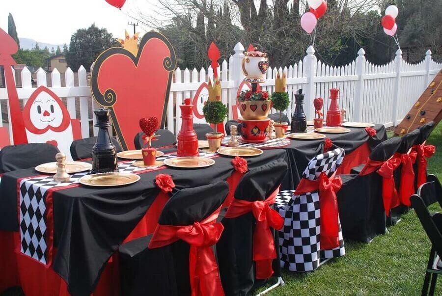ideia de decoração para festa de 15 anos tema Alice no país das maravilhas
