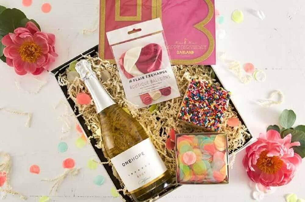 ideia simples para festa na caixa romântica - Foto Home Decoo