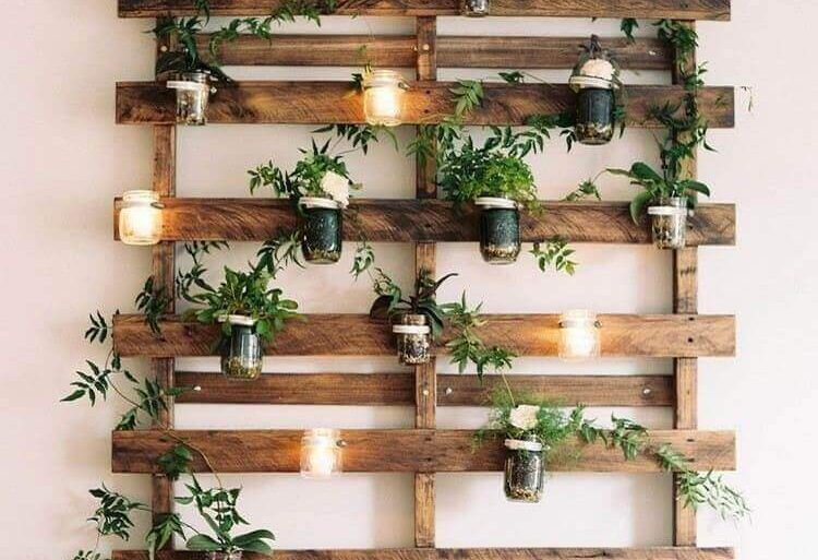 jardim vertical rústico e delicado feito com painel de pallets Foto Les Idées de ma maison