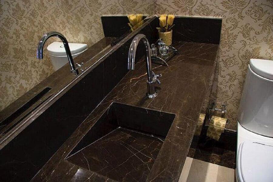lavabo com pia esculpida na pedra e papel de parede Foto Portela Designer Mármores