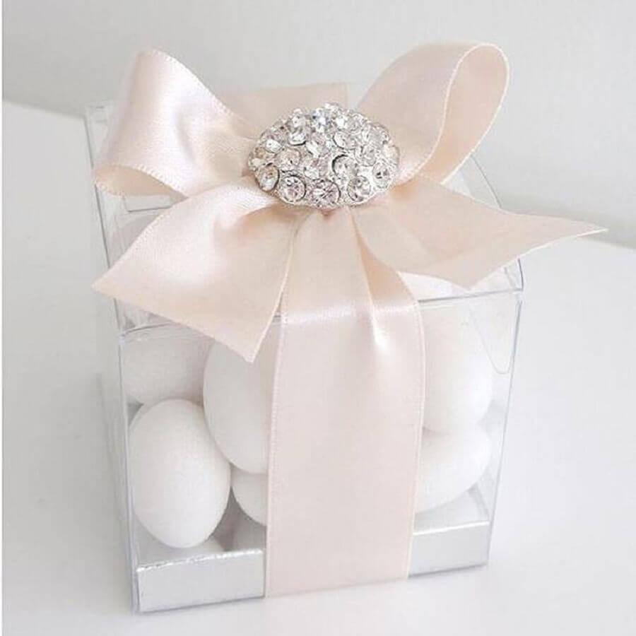 lembrancinha de casamento delicada feita de caixinha de acrílico decorada com fita de cetim rosa Foto efavormart