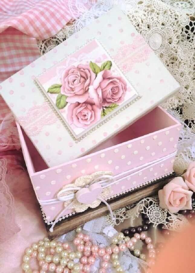 linda caixa decorativa com estampa de flor Foto Cluber