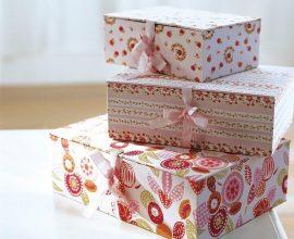 lindas caixas decoradas com tecido e fecho de fita de cetim Foto Elmueble