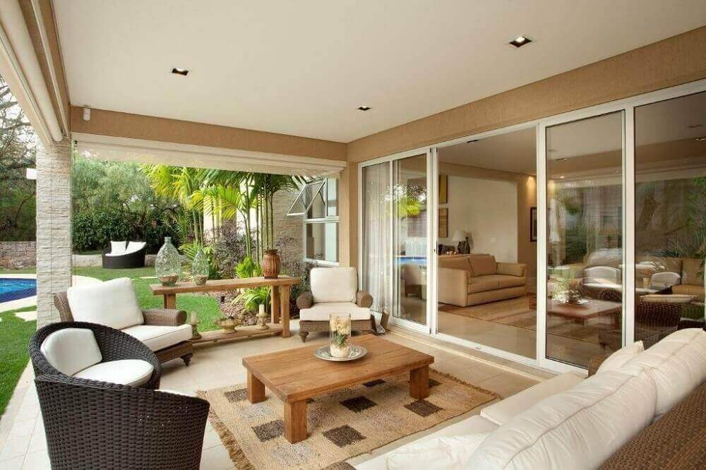 móveis de vime para varanda com assento branco e mesa de madeira Foto Jannini Sagarra Arquitetura