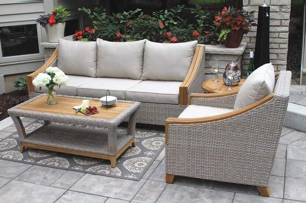 móveis de vime para varanda pintados de cinza e com detalhes em madeira Foto Outdoor Interiors