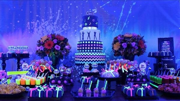 Vasos com flores podem complementar a decoração da mesa de bolo