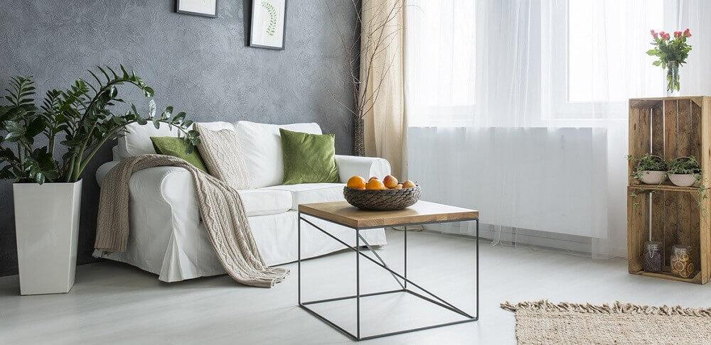 mesa de centro minimalista para sala com estilo hygge e parede cinza Foto Soferia