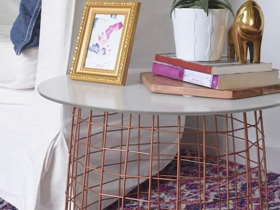 mesa lateral rosê com tampo cinza