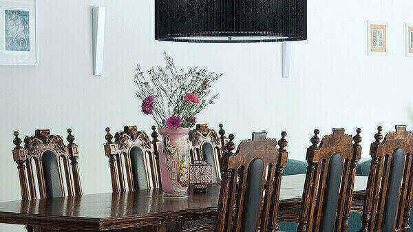 Mesa em estilo colonial